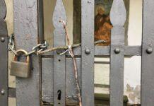 Croce fatta con bastoncini di legno su cancello si una cappellina - Vallombrosa